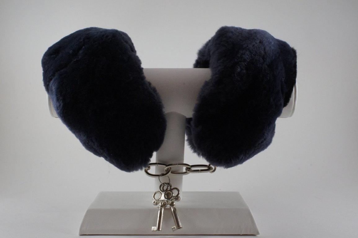 Menottes fourrure noir/bleu marine