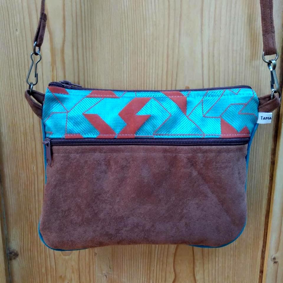 sac pochette marron et bleu